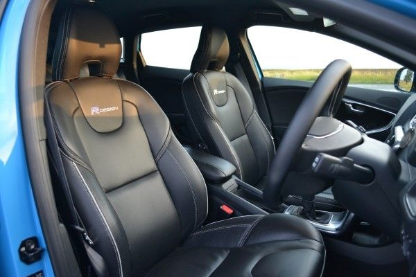 Volvo v40 d2 r design review carwow for Interieur xc40