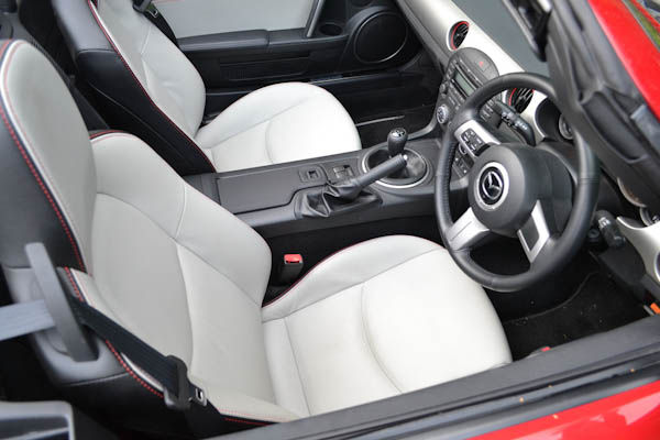 https://photos-3.carwow.co.uk/blog/1600/Mazda-MX-5-Kuro-Front-Seats.jpg