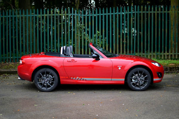https://photos-3.carwow.co.uk/blog/1600/Mazda-MX-5-Kuro-Red-Side-Roof-Down.jpg