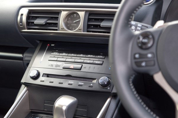 Lexus IS 300h console
